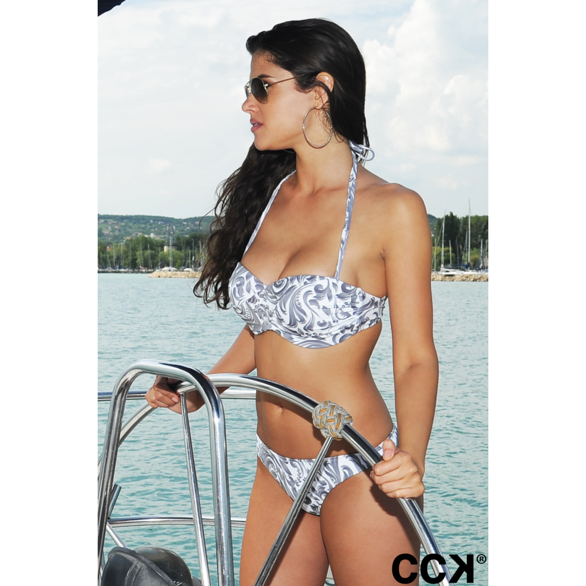 Fehér elegáns mintás álcsavart bandeau bikini, pánt nélkül is hordható.